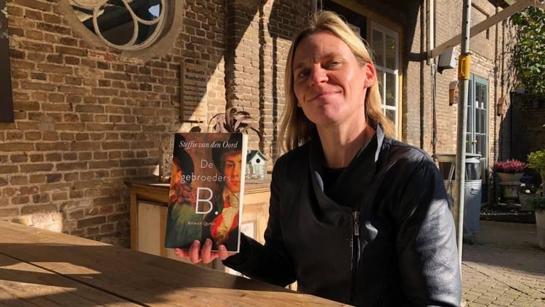Steffie van den Oord met haar boek De Gebroeders B.