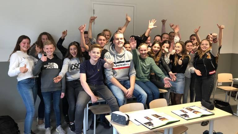 Willem Kiggen temidden van zijn leerlingen (Foto: Alice van der Plas)