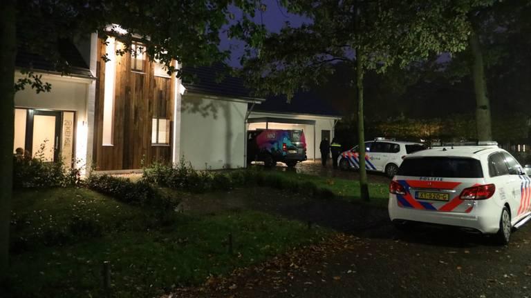 De politie doet onderzoek rond het huis in Oisterwijk waar de overval plaatsvond. (Foto: Erik Haverhals/FPMB)