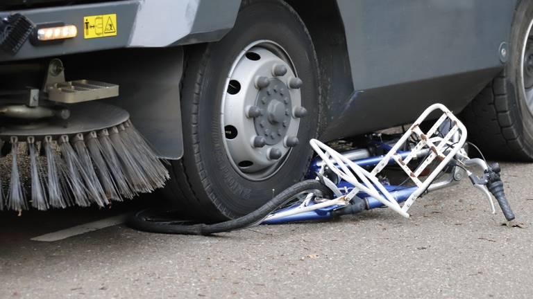 De veegwagen is vol over de fiets gereden (foto: SK-Mediai).