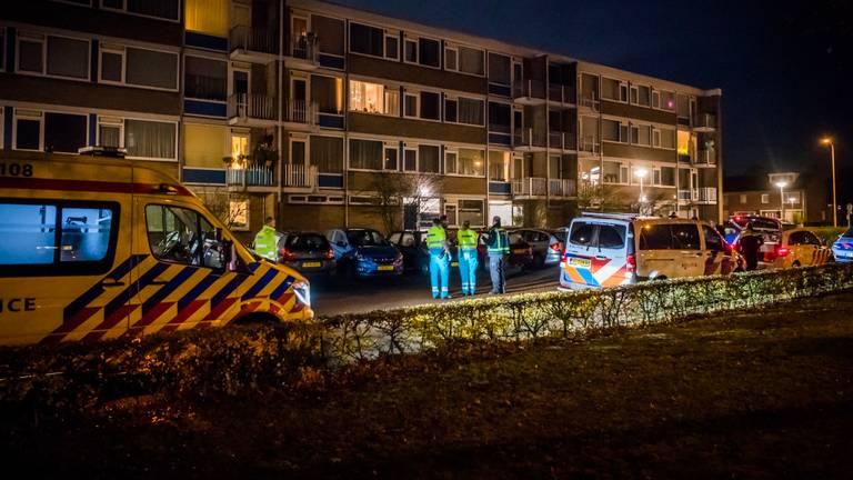 De politie doet onderzoek aan de Willem de Zwijgerweg in Best. (Foto: Sem van Rijssel/SQ Vision)