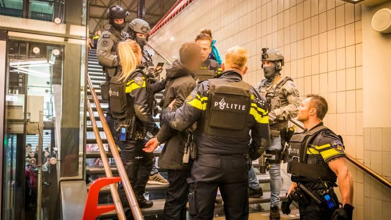 De man werd aangehouden op een van de trappen. (Foto: Sem van Rijssel / SQ Vision)