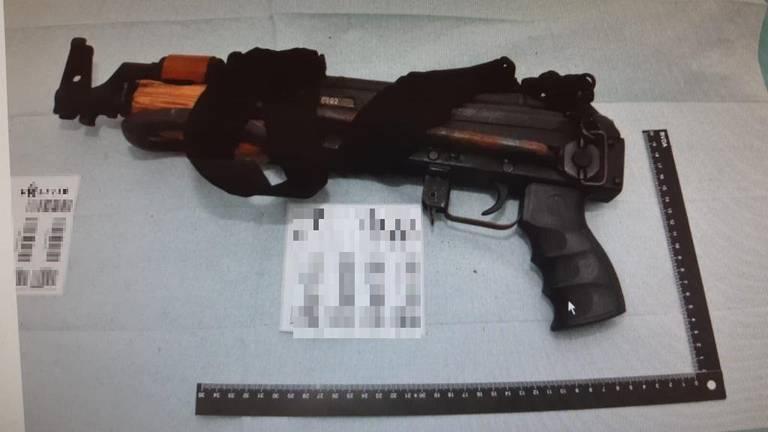 Eén van de vuurwapens die op het kamp werd gevonden (foto: Openbaar Ministerie)