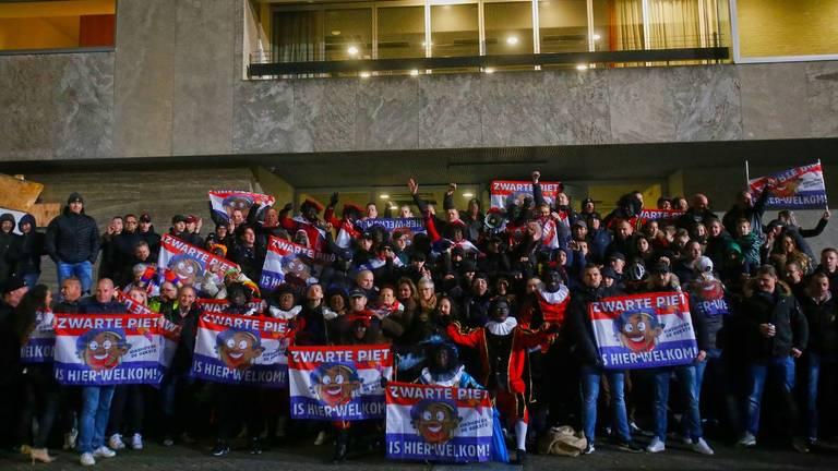 Een groep van zo'n 150 voorstanders van zwarte piet kwam vrijdagavond in Eindhoven bijeen (Foto:  SQ Vision)