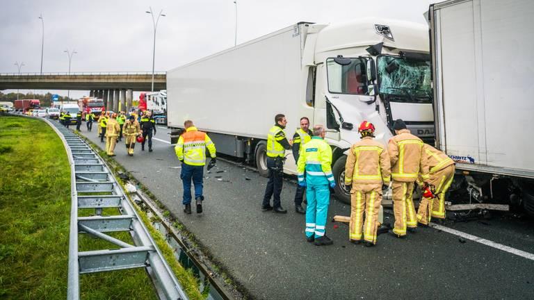 Hoe het ongeluk op de A2 kon gebeuren, wordt onderzocht. (Foto: Sem van Rijssel/SQ Vision)