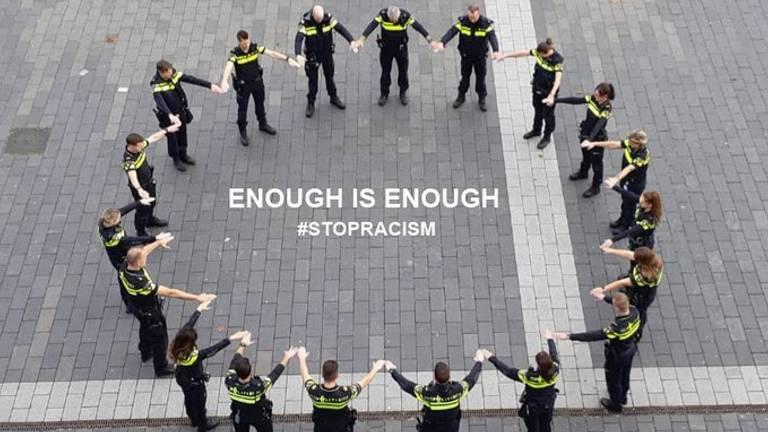 De agenten in een kring (Foto: Politieteam Markdal).