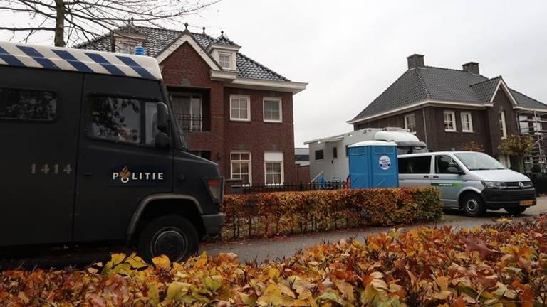 De politie viel onder andere in dit huis binnen. (Foto en alle foto's in het kaartje: SQ Vision)