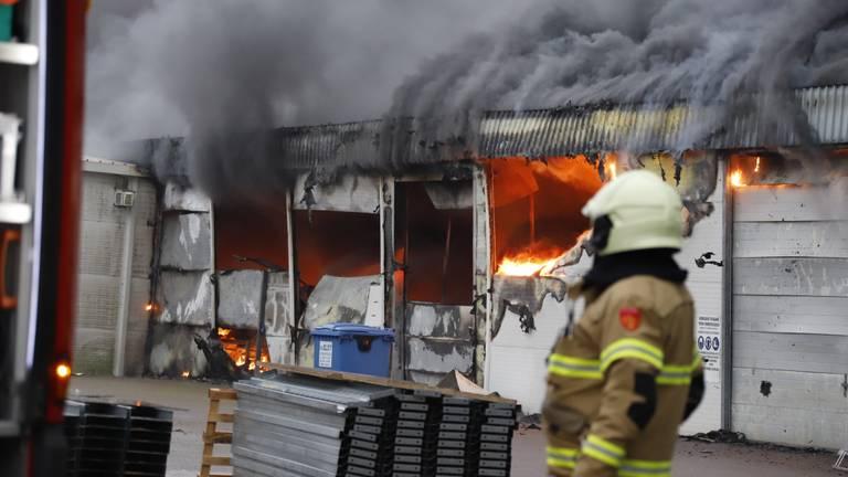 De loods in Oeffelt gaat in vlammen op. (Foto: SK-Media)
