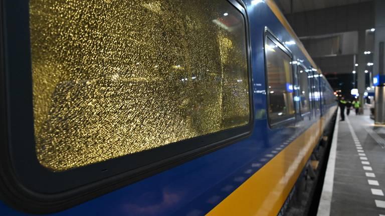 Een van de kapotte treinruiten (foto: Tom van der Put/SQ Vision Mediaprodukties).