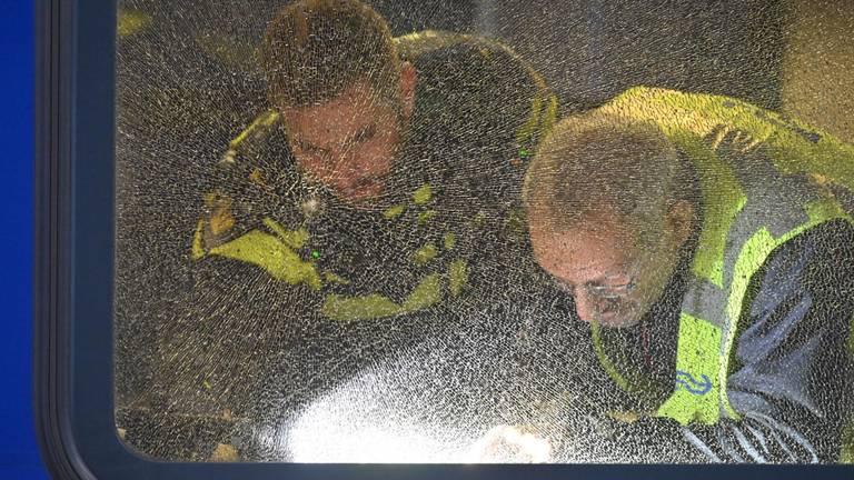 De politie onderzoekt het raam van de trein. (Foto: Tom van der Put/SQ Vision Mediaprodukties)