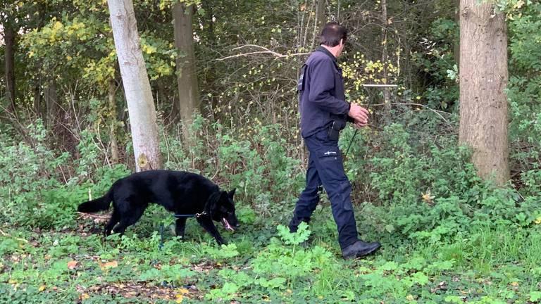 De politie zoekt met speurhonden naar het lichaam van de vermiste man. (Foto: Bart Meesters)