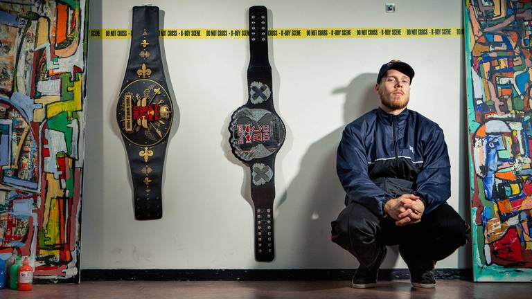 Menno van Gorp met de belts die hij eerder kreeg als wereldkampioen (foto: Red Bull Media House – Rutger Pauw).