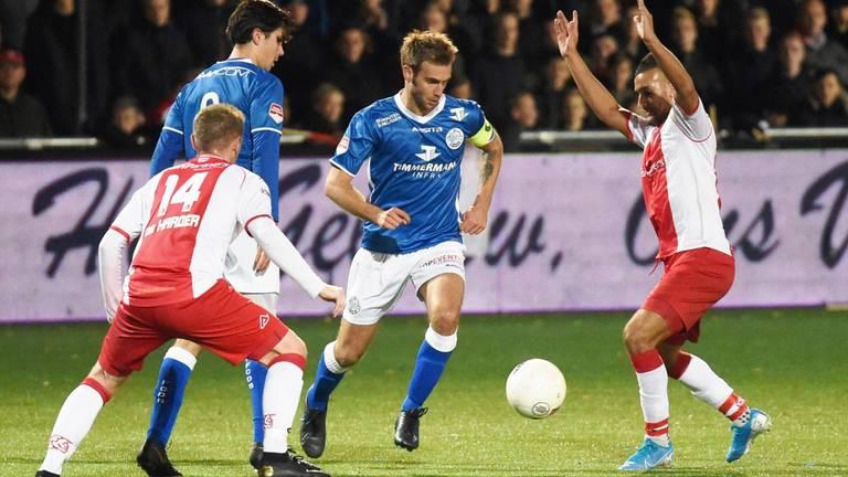 Danny Verbeek dribbelt langs twee spelers van IJsselmeervogels (foto: Henk van Esch).