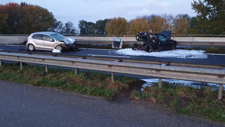 Bij het ongeluk op de A17 zijn twee auto's betrokken. (Foto: Guido)