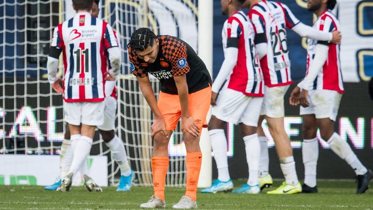 Erick Gutiérrez oogt verslagen na een tegengoal van Willem II (foto: Hollandse Hoogte).