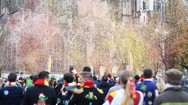 Het carnavalsseizoen barst los met confetti (Foto: Henk van Esch)