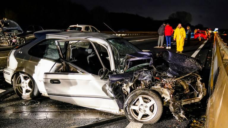 Meerdere auto's zijn bij het ongeluk betrokken. (Foto: Marcel van Dorst/SQ Vision)