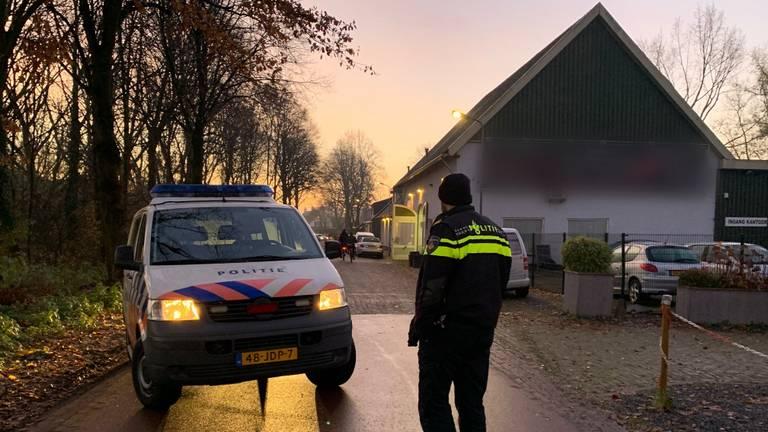 De politie viel begin december het garagebedrijf binnen (foto: Bart Meesters).