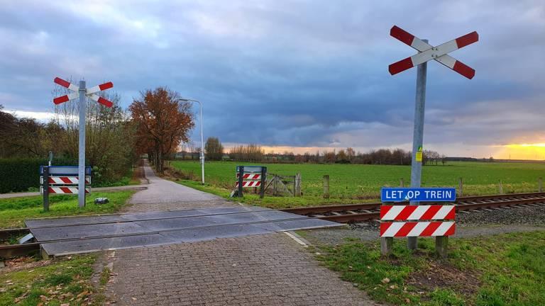 Een van de spoorwegovergangen, in Hooge Zwaluwe.