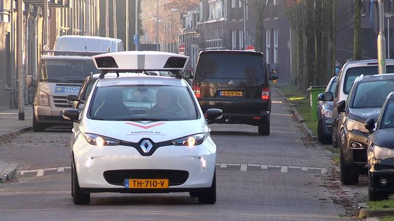 Deze scanauto zorgt sinds een jaar voor een regen aan boetes bij foutparkeerders (foto: Tom van den Oetelaar).