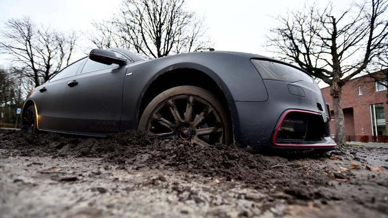 De Audi stond muurvast. (Foto: Erald van der Aa)