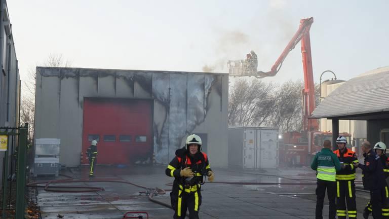 De brandweer is aan het blussen met een hoogwerker. (Foto: FPMB)