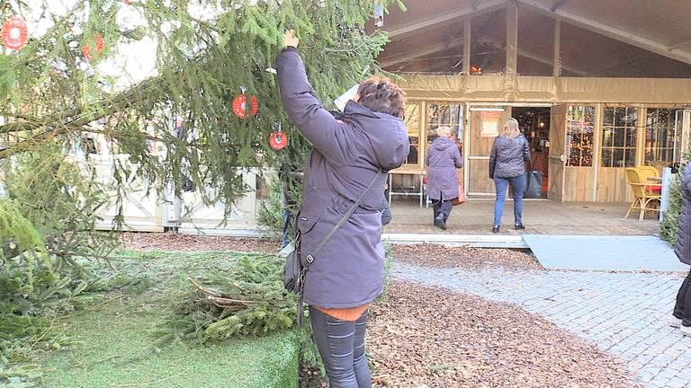 Joris' Kerstboom wordt opgetuigd.