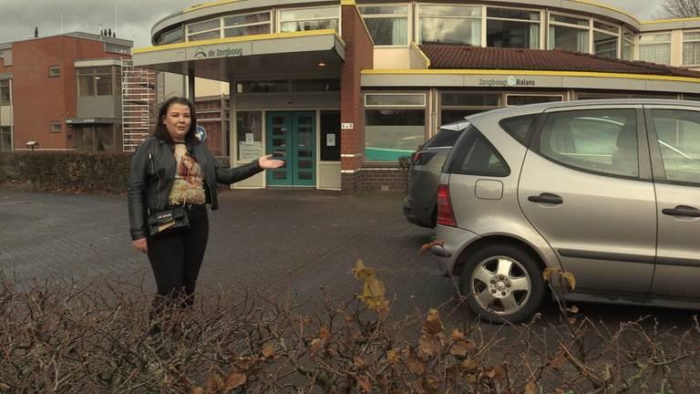 Vikky op de parkeerplaats waar haar oma Herma werd aangereden.