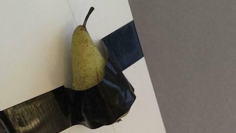 De biedingen voor de vastgeplakte peer lopen tot in de miljoenen (foto: Koos Bos / Marktplaats)
