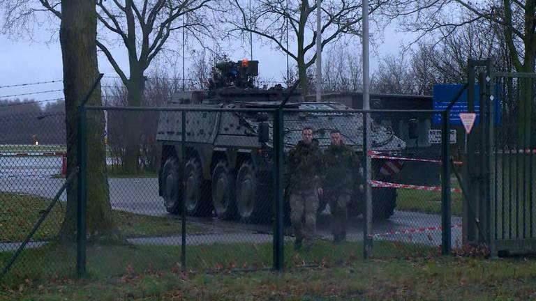 Een gepantserd voertuig bewaakt een zij-ingang (Foto: Omroep Brabant)