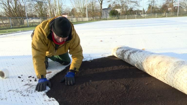 De voorbereidingen voor de nieuwe grasmat. (foto: Raymond Merkx)