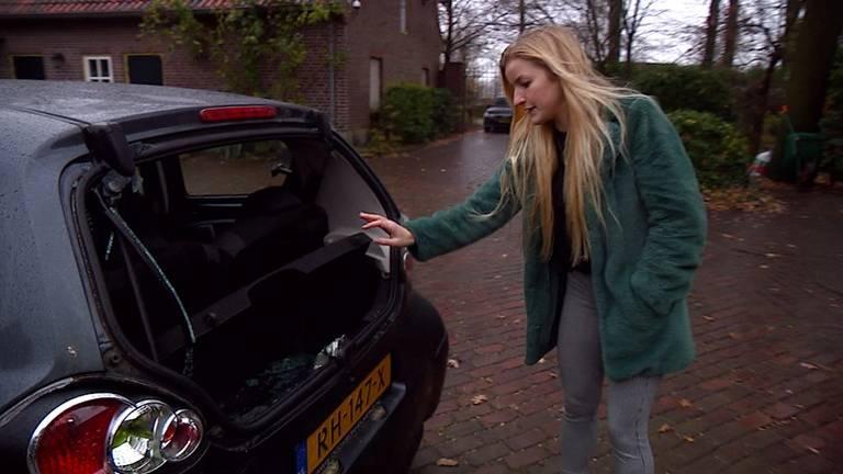 Vandalen takelden de auto van Emma ernstig toe.