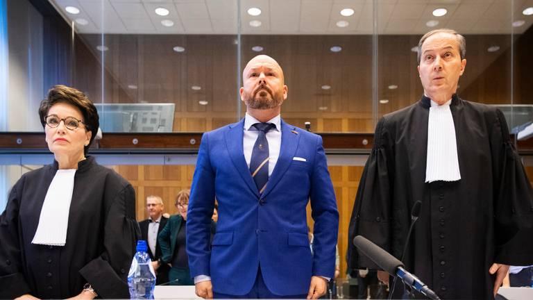 Marco Kroon en zijn advocaten Geert-Jan en Carry Knoops in de rechtbank. (Foto: ANP 2019/Piroschka van de Wouw)