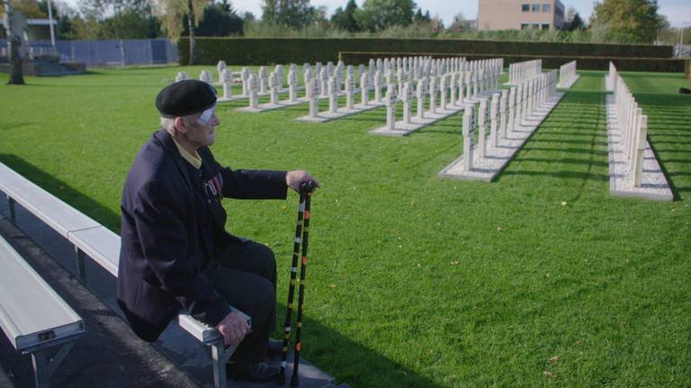 Roman Figiel op het Pools militair ereveld in Breda, waar veel van zijn kameraden liggen begraven.