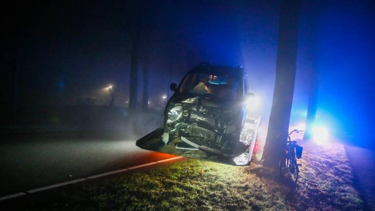 Eén van de auto's die schade opliepen in mistig Bakel (foto: Pim Verkoelen/SQ Vision Mediaprodukties).