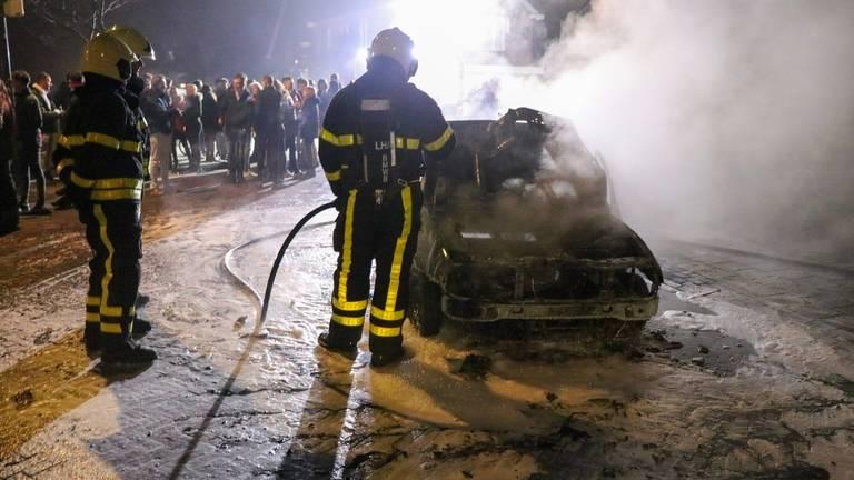 De brandende en rokende auto trok veel bekijks (foto: Jurgen Versteeg/SQ Vision Mediaprodukties).