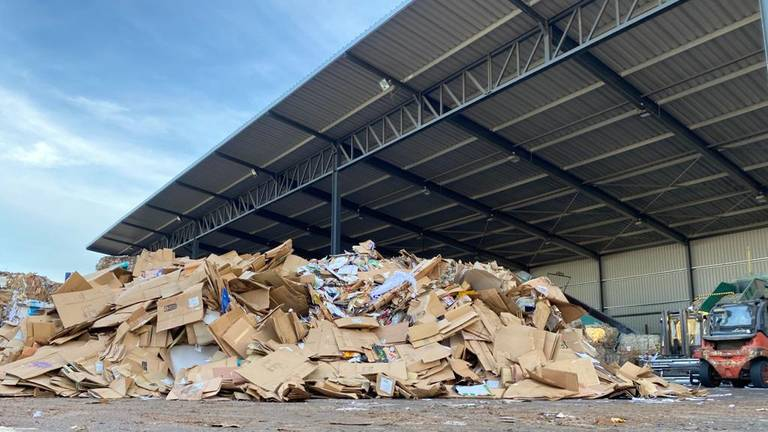 Stapels papier bij Recycling continue in Oosterhout.