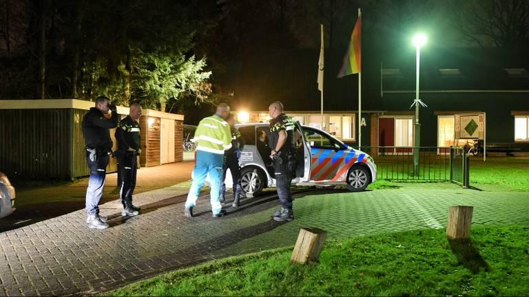 De politie doet onderzoek bij het azc in Oisterwijk. (Foto: Toby de Kort)