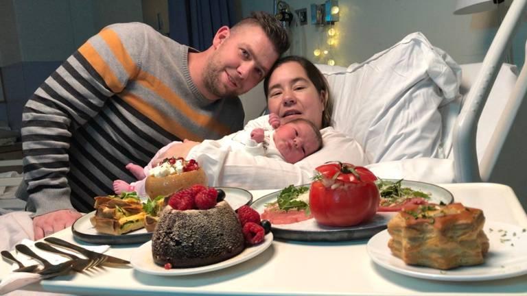 Sander, Valerie en hun dochtertje Lobke kregen een luxe diner. (foto: Raymond Merkx)