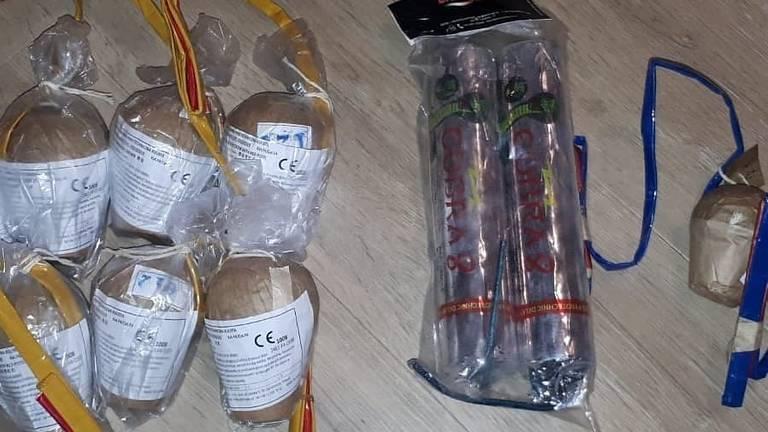 Een deel van het illegale vuurwerk. (Foto: Wijkagenten Schadewijk)