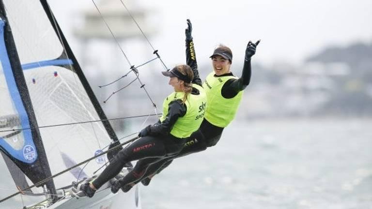 Annemiek Bekkering (links) en Annette Duetz winnen het WK 2019 (bron: World Sailing).