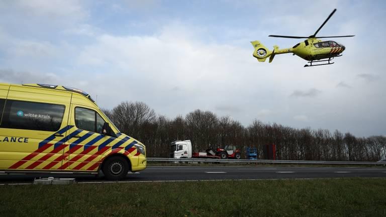 Een traumahelikopter landde op de snelweg. (Foto: Marcel van Dorst/ SQ Vision)