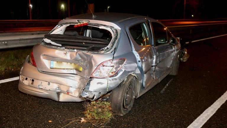 De grijze auto werd op de A59 door meerdere auto's geraakt. (Foto: Bart Meesters)
