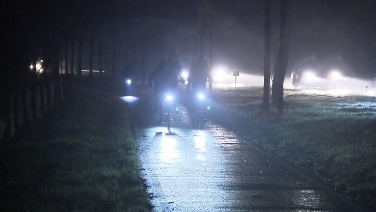 Fietsers in het donker op de provinciale weg tussen Chaam en Breda (foto: Remco de Ruijter).