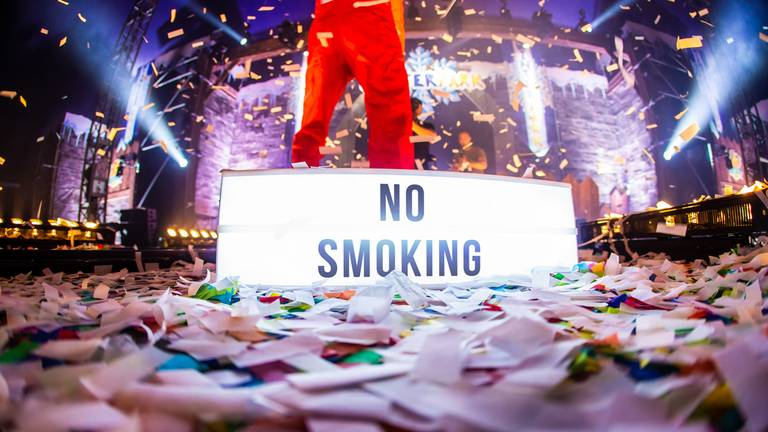 Festivals gaan strenger optreden tegen mensen die toch roken in de tent. (Foto: Front of House)