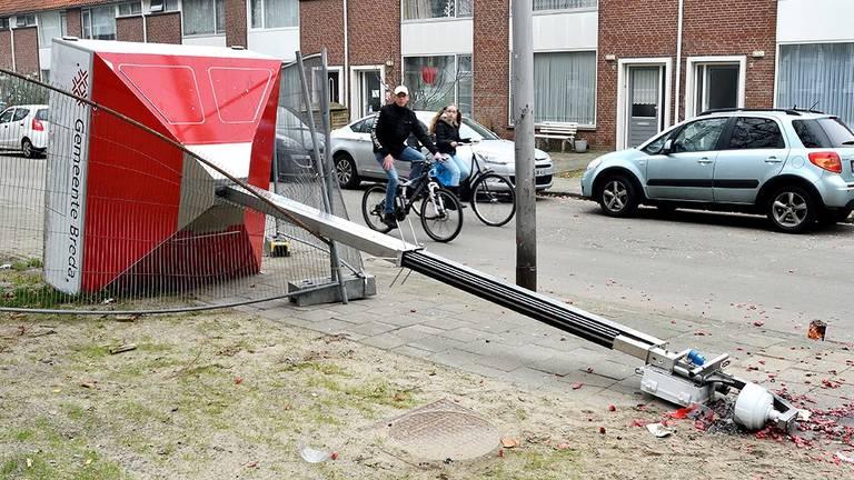 Een vernielde mobiele camera op de Wensel Cobergherstraat in Breda-Noord. (Foto: Erald van der Aa)