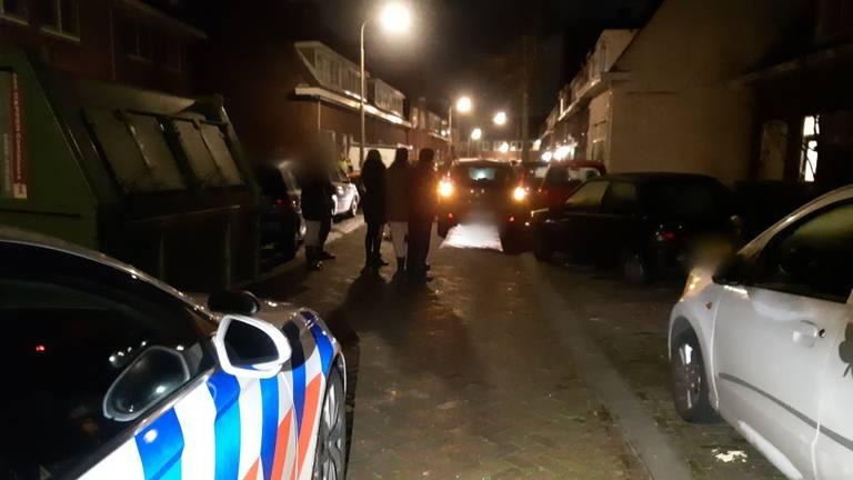 In de Plataanstraat in Breda werden zeven auto's geraakt (foto: Teamverkeerzwb Politie)