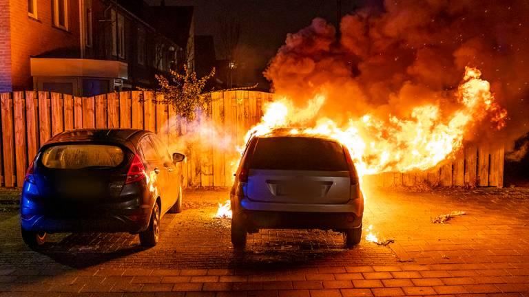 De auto brandde volledig uit (foto: SQ Vision/Marcel van Dorst)