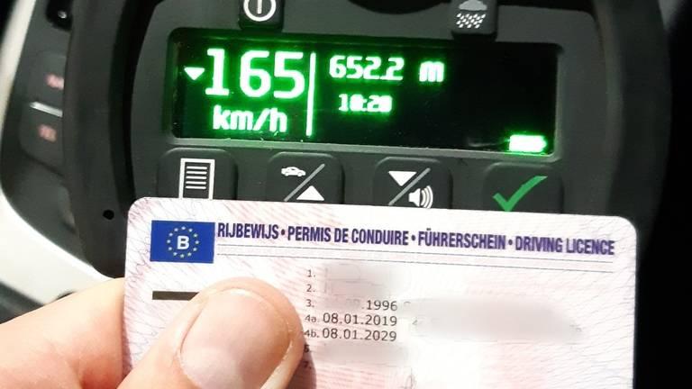 Belg rijdt bijna honderd kilometer per uur te hard (foto: politie Zeeland-West-Brabant)