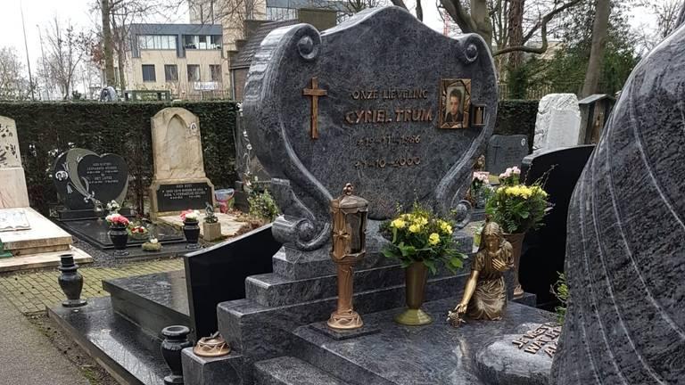 Van Cyriels graf werden spullen gestolen (foto: Trees Hulpers).